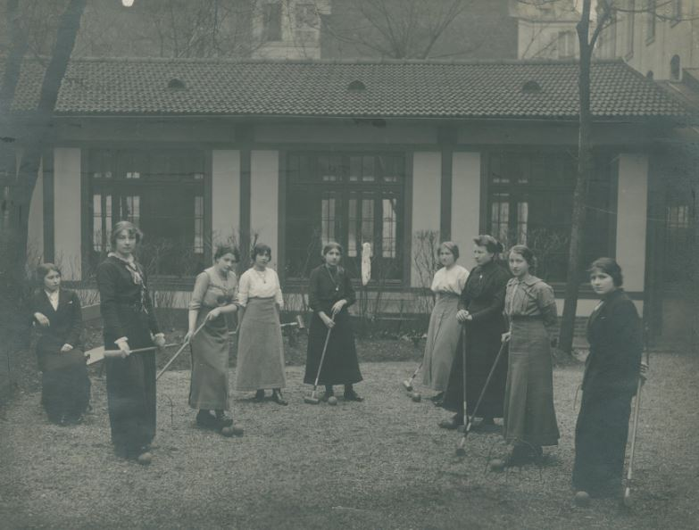 jeunes actives-travailleuses-jouant-au-croquet-premier-foyer-rue-de-maubeuge